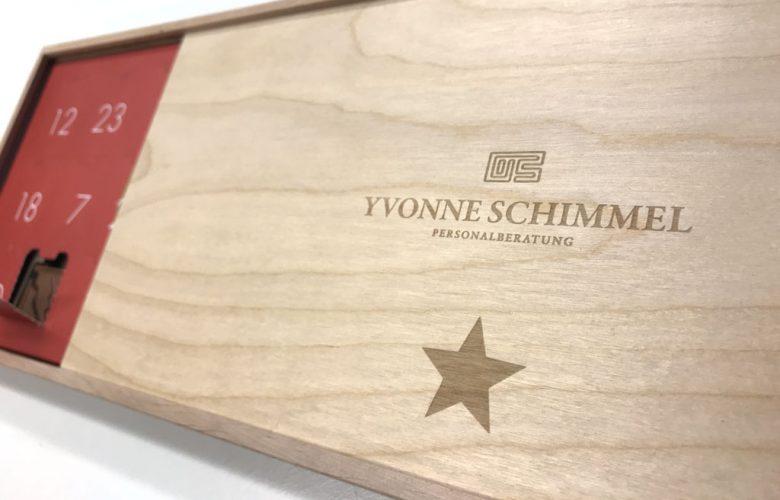 yvonne-schimmel-personalberatung_Portfolio_advents-aussendung-2019_holzbox-kalender-gravur_rheinweiss