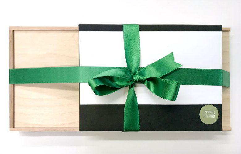 yvonne-schimmel-personalberatung_Portfolio_advents-aussendung-2019_holzbox-schokolade-mit-werbung-und-notizbuch_rheinweiss
